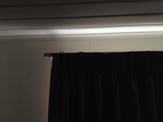 Travelodge Alexandria: Cracked walls and blinds coming off