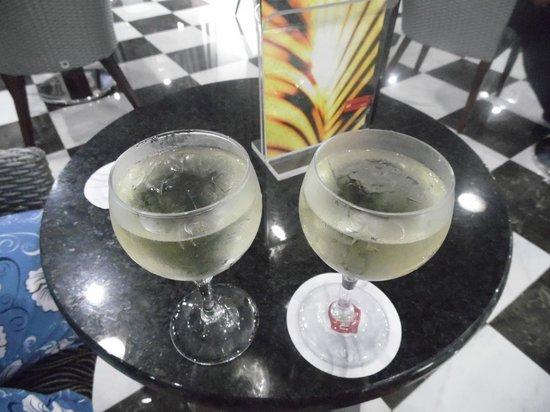 Hotel Riu Palace Macao: vvai um vinho gelado ( com gelo) aee?