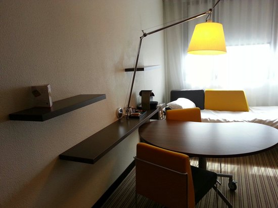 Novotel Suites Paris Montreuil Vincennes : Desk