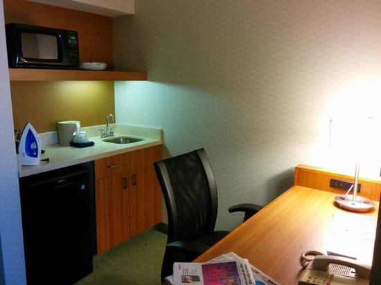 SpringHill Suites Peoria Westlake: work table and kitchenette