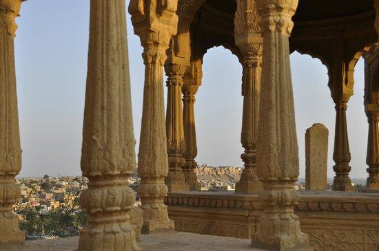Vyas Chhatri : Cenotafi e la fortezza sulla sfondo