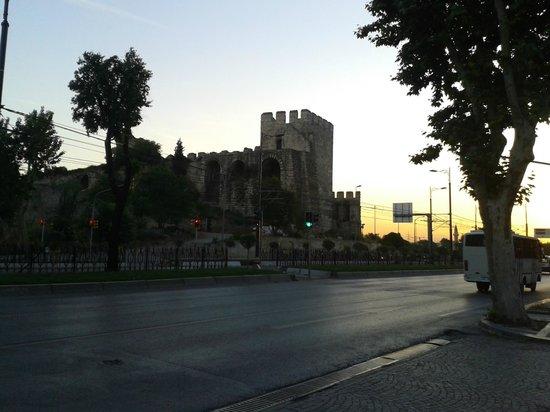 Eresin Hotels Topkapi: Hotel Barceló ao anoitecer