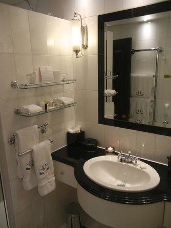 Hotel 41: Bathroom
