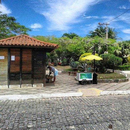 La Chimere: Plaza enfrente de la posada