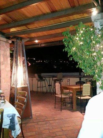 La Posadita: Terraza techada del restaurante