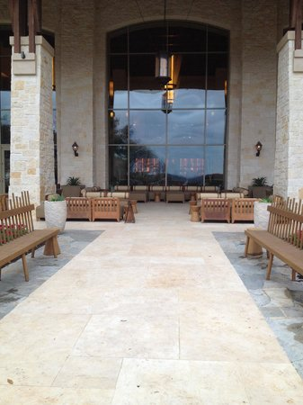 JW Marriott San Antonio Hill Country Resort & Spa: Comfortable couches on back patio