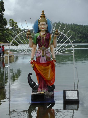 Ganga Talao - Grand Bassin: At edge of lake
