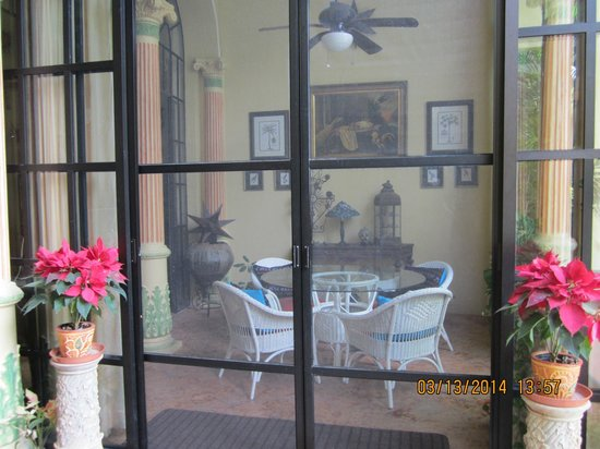Los Arcos Bed & Breakfast: Looking into screen porch area