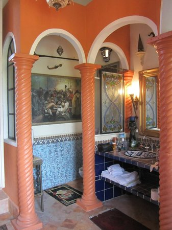 Los Arcos Bed & Breakfast: Bathroom of the upstairs suite