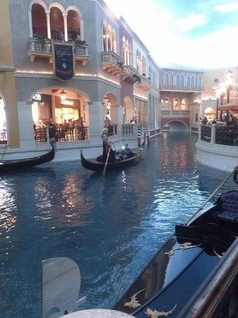 The Venetian Las Vegas : Walking next to the canal