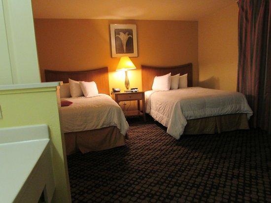 Celebration Suites: Quarto com duas camas de casal