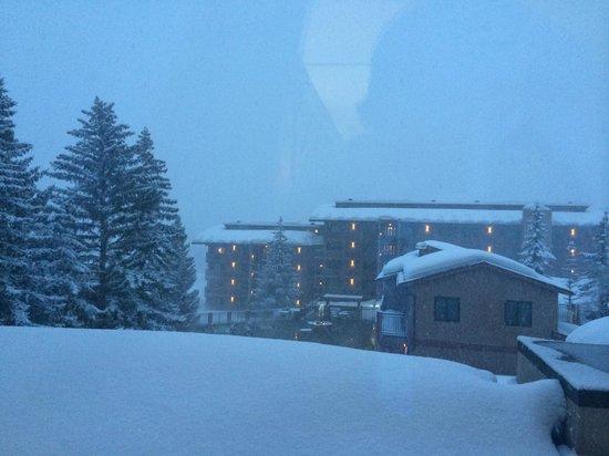Stonebridge Inn, A Destination Hotel: vista da janela do quarto para área da piscina e ski