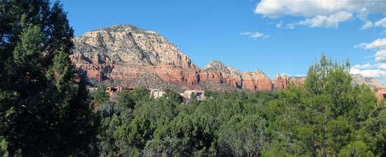 Casa Sedona Inn: view of Thunder Mt. from top balcony