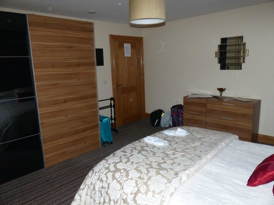 Carnately Lodge : very comfortable bed, lovely furniture, slippers provided too