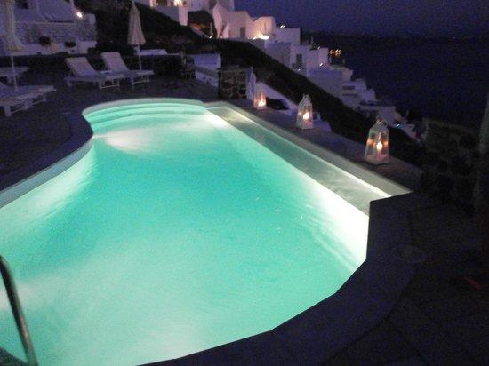 Tholos Resort : η πισίνα το βράδυ με πλάτη στο μπαρ