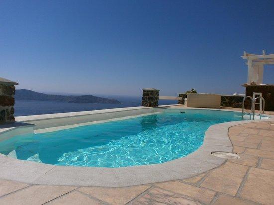 Tholos Resort : Με το ποτό σου στο χέρι και το νερό στην πισίνα να ''λάμπει''