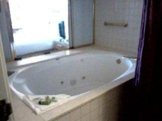 Tropicana Laughlin: Jacuzzi tub