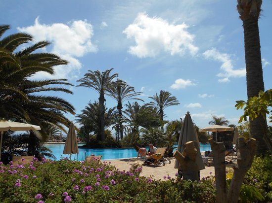 Hotel R2 Pajara Beach Hotel & Spa: Part of the large pool and sun-lounger area