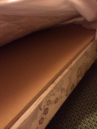 Cherry Lodge Guest House: Knackered mattress supported by a sheet of MDF = NOT COMFY!