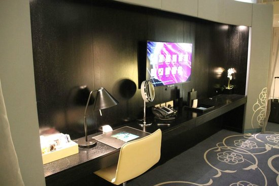 W Doha Hotel & Residences: Desk and TV