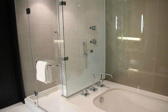 W Doha Hotel & Residences: Shower and Bath
