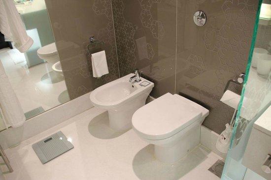 W Doha Hotel & Residences: Toilet and bidet
