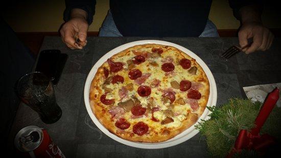 novit della casa pizza boske prosciutto salamino gorgonzola e porcini picture of. Black Bedroom Furniture Sets. Home Design Ideas