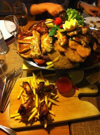 Tennis Restaurant Gerhard: Grigliatona e alette di pollo