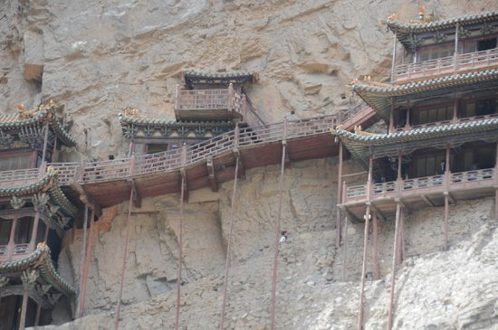 Hengshan Hanging Temple (Xuankong si) : Close up view of the suspended walkway connecting to the 2 pavillions