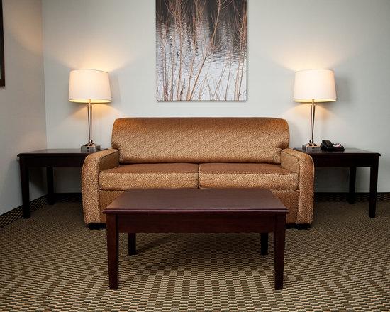 Baymont Inn & Suites Rapid City: 2 Room Suite Living Room Area