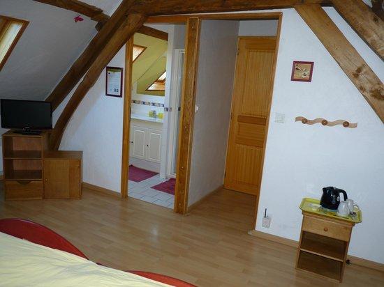 La Ferme du Scardon : Chambre Les Diablotins, salle d'eau à gauche, wc à droite.
