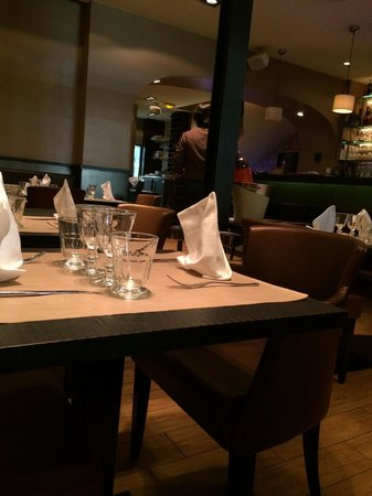 Le Petit Nicois: Cozy but spacious inside....you won't be sitting right on top of your neighbor like most spots