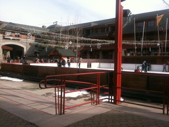 Grand Residences by Marriott, Tahoe - 1 to 3 bedrooms & Pent.: Ice rink outside of hotel
