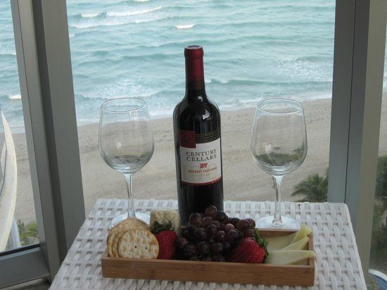 Marenas Beach Resort: Wine, cheese, and fruit delivered to our room 1st evening