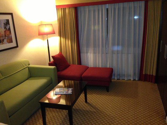 Manchester Airport Marriott Hotel: Bedroom lounge area