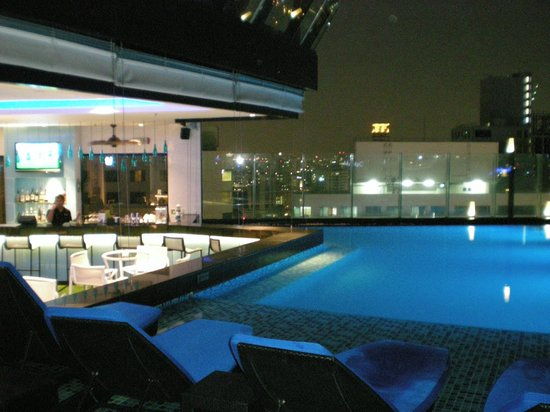 The Continent Hotel Bangkok by Compass Hospitality: 35th floor pool area