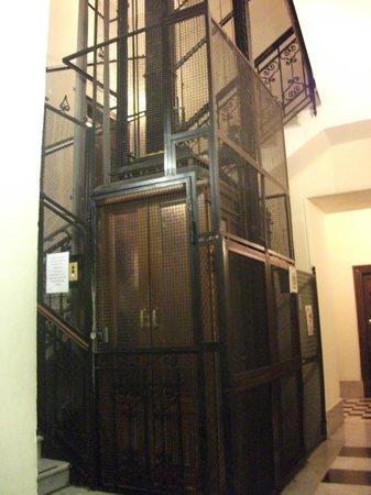 Hiberia Hotel : Elevador antigo