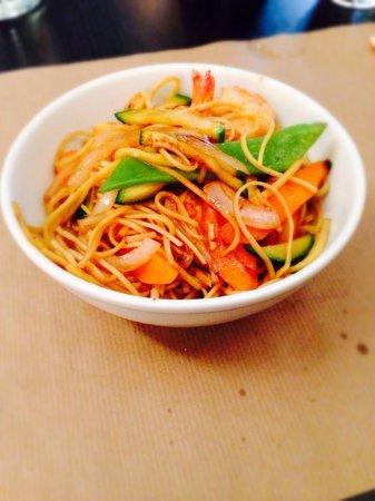 Le bistrot asiatique : Nouilles aux crevettes fraîches et aux légumes de saison! Un délice parmi tant d'autres à la car