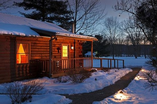 White Oak Inn Bed and Breakfast: Log cabin cottages at dusk in the winter