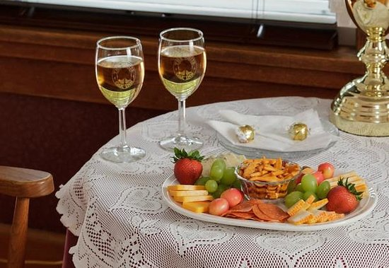 White Oak Inn Bed and Breakfast : Order special treats like fruit and cheese plates