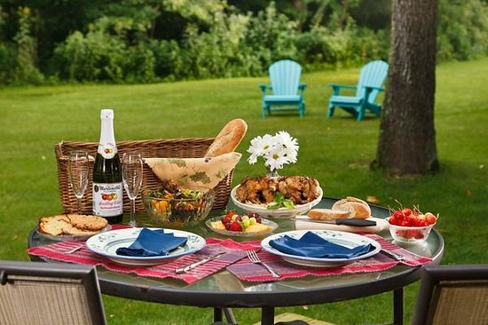 White Oak Inn Bed and Breakfast : Delightful picnic dinners can be enjoyed outside or inside