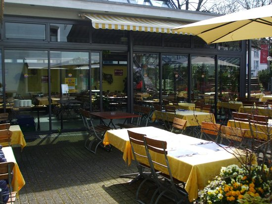 Wädi-Brau-Huus: Patio seating