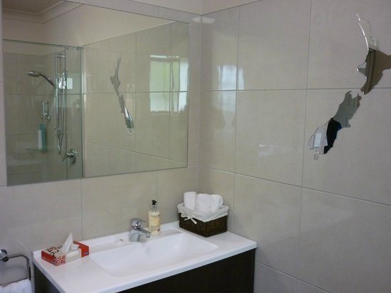 Invercargill TOP 10 Holiday Park : Motel Bathroom