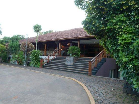 Raices Esturion Hotel: Ingreso al lobby