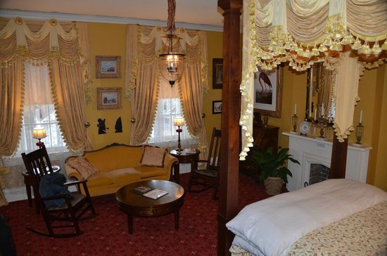 Anchuca Historic Mansion & Inn: Our room