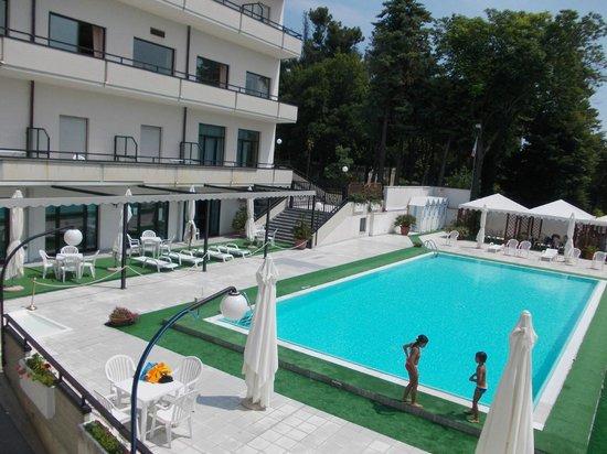 Piscina e terrazza solarium - Picture of Hotel Du Parc, Atri ...