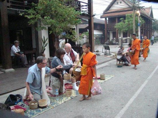 Ceremonia de entrega de limosnas: Alms Giving