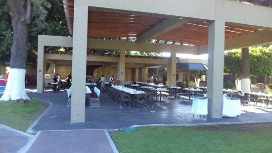 Camino Real Guadalajara: Voce pode comer também em área ao ar livre