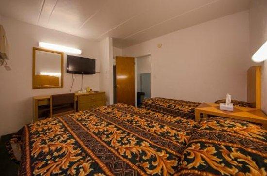 """Le Voyageur Motel : Type """"B"""" Back Bed Room"""