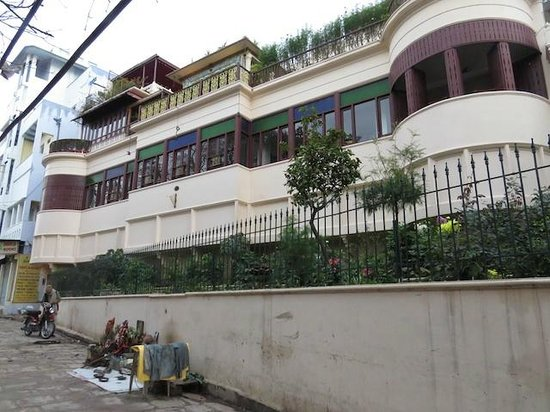 Hotel Ganges View: Another Exterior View of Hotel from street